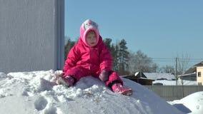 Lilla flickan gillar för att ha gyckel i vinter stock video