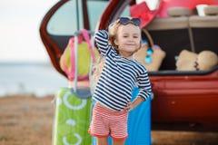 Lilla flickan går på en resa Royaltyfria Foton