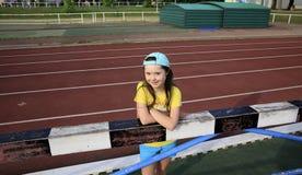 Lilla flickan har gyckel på stadion Arkivbilder
