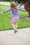 Lilla flickan hoppar tågvirke Royaltyfri Fotografi