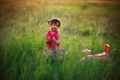 Lilla flickan, i att spela i en hed, parkerar Royaltyfri Foto