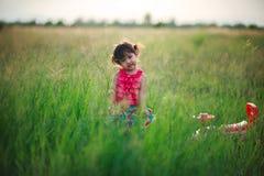 Lilla flickan, i att spela i en hed, parkerar Arkivbilder