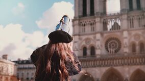 Lilla flickan i basker ser till och med myntteleskopet långsam rörelse dame de notre paris Barn som kommer upp, genom att använda stock video