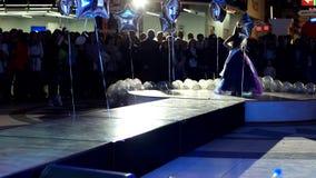 Lilla flickan i den frodiga klänningen befläcker catwalken som visar barns kläder, små modeller på catwalken arkivfilmer