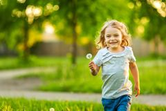 Lilla flickan i den soliga våren parkerar royaltyfria foton