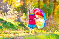 Lilla flickan i en höst parkerar Royaltyfri Foto