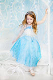 Lilla flickan i ett elegant klär ner trappan Arkivfoto