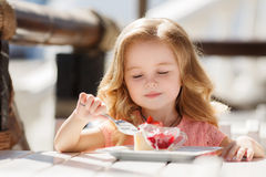 Lilla flickan i ett sommarkafé Royaltyfria Bilder