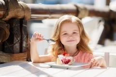 Lilla flickan i ett sommarkafé Fotografering för Bildbyråer