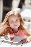 Lilla flickan i ett sommarkafé Arkivbild