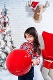 Lilla flickan i förväntan av det nya året Royaltyfria Foton