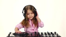 Lilla flickan i hörlurar spelar för dj-konsolen, ultrarapid stock video