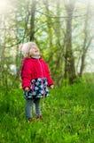Lilla flickan i profil skrattar lyckligt arkivbilder