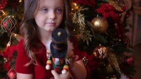 Lilla flickan i röd klänning spelar c-leksaken stock video