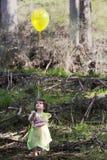 Lilla flickan klädde som en fe med en ballong Royaltyfria Bilder