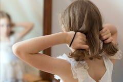 Lilla flickan klär upp royaltyfria foton