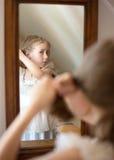 Lilla flickan klär upp arkivfoto