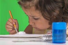 Lilla flickan lär Arkivbild