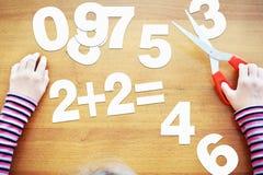 Lilla flickan lär aritmetisk royaltyfri bild