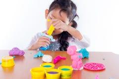 Lilla flickan lär att använda färgrik lekdeg Royaltyfri Fotografi