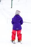Lilla flickan lär att skida in skidar semesterorten Arkivfoton