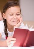 Lilla flickan läser en bok Royaltyfri Bild