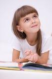Lilla flickan läser en bok Royaltyfria Foton