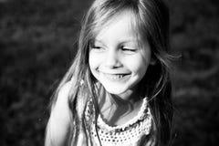 Lilla flickan ler Arkivfoto