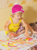 Lilla flickan målar Arkivbild