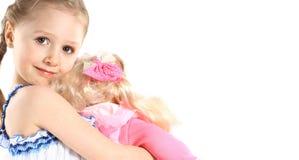 Lilla flickan med behandla som ett barn - dockaleksaken Arkivbilder