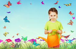 Lilla flickan med bevattna kan mot den ljusa bakgrunden Arkivfoton