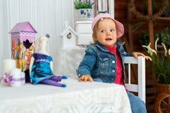 Lilla flickan med dockaharen går och ler royaltyfri fotografi