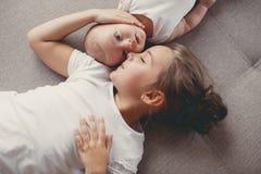 Lilla flickan med ett nyfött behandla som ett barn brodern Royaltyfri Bild