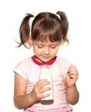 Lilla flickan med flaskan av mjölkar royaltyfria bilder