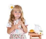 Lilla flickan med mjölkar mustaschen royaltyfria bilder