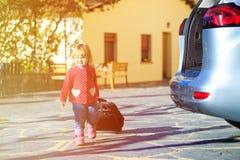 Lilla flickan med resväskor reser med bilen, familjturism Royaltyfri Bild
