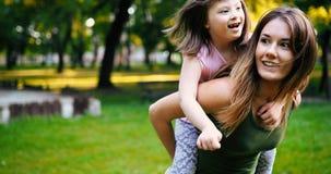 Lilla flickan med speciala behov tycker om att spendera tid med modern Royaltyfria Foton