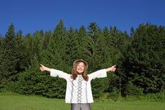 Lilla flickan med tummar tycker om upp i natur Royaltyfri Foto
