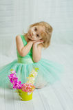 Lilla flickan med våren blommar i vas Royaltyfria Foton
