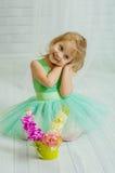 Lilla flickan med våren blommar i vas Arkivbild