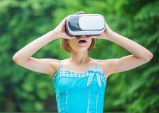 Lilla flickan med VR-exponeringsglas parkerar in Arkivbilder