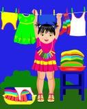 Lilla flickan och behandla som ett barn kläder Royaltyfri Foto