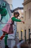 Lilla flickan på plattformen under ståtar Arkivbilder