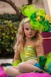 Lilla flickan på plattformen under ståtar Royaltyfria Foton