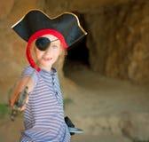 Lilla flickan piratkopierar in dräkten Royaltyfri Foto
