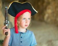 Lilla flickan piratkopierar in dräkten Arkivbild
