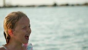 Lilla flickan plaskar vatten stock video