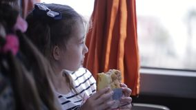 Lilla flickan red i en turnerabuss och åt en smörgås arkivfilmer
