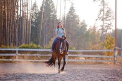lilla flickan rider en häst Slut upp royaltyfri bild