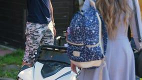 Lilla flickan rider en skrivmaskin i parkera stock video